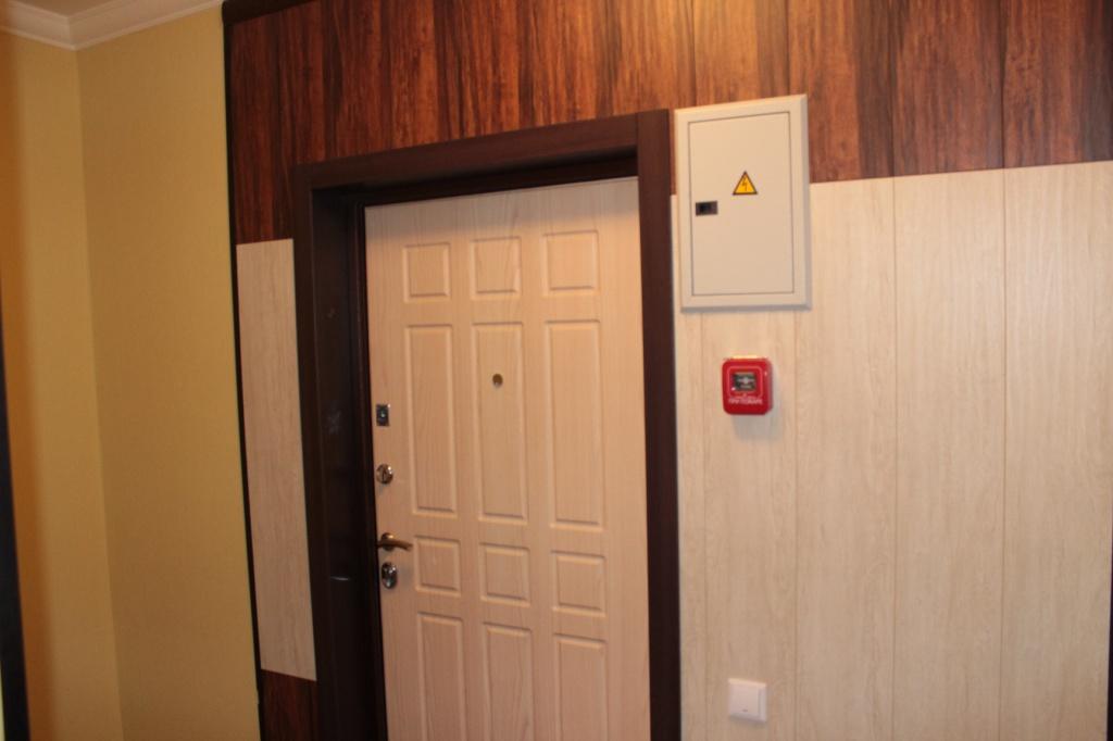 входные металлические двери в квартиру цвета