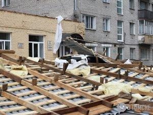 Порывы ветра сорвали крышу со здания поликлиники на проспекте Ленина (фото)