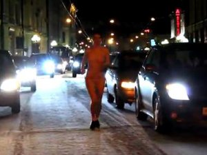 ГИБДД оштрафовала девушку, бежавшую в купальнике посреди проспекта Ленина (видео)