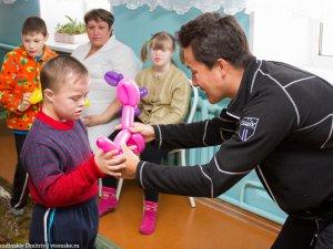 Любители внедорожников поздравили детей из детского дома с Масленицей (фото)