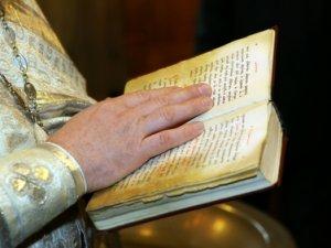 Судебные приставы призвали на помощь священника