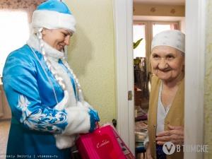 В рамках акции «Старость в радость» одиноким пенсионерам вручили подарки (фото)
