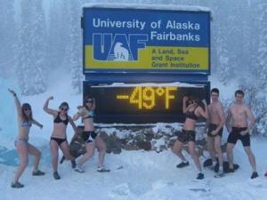 Студенты с Аляски повторили «подвиг» томичей, сфотографировавшись в купальниках на морозе (фото)